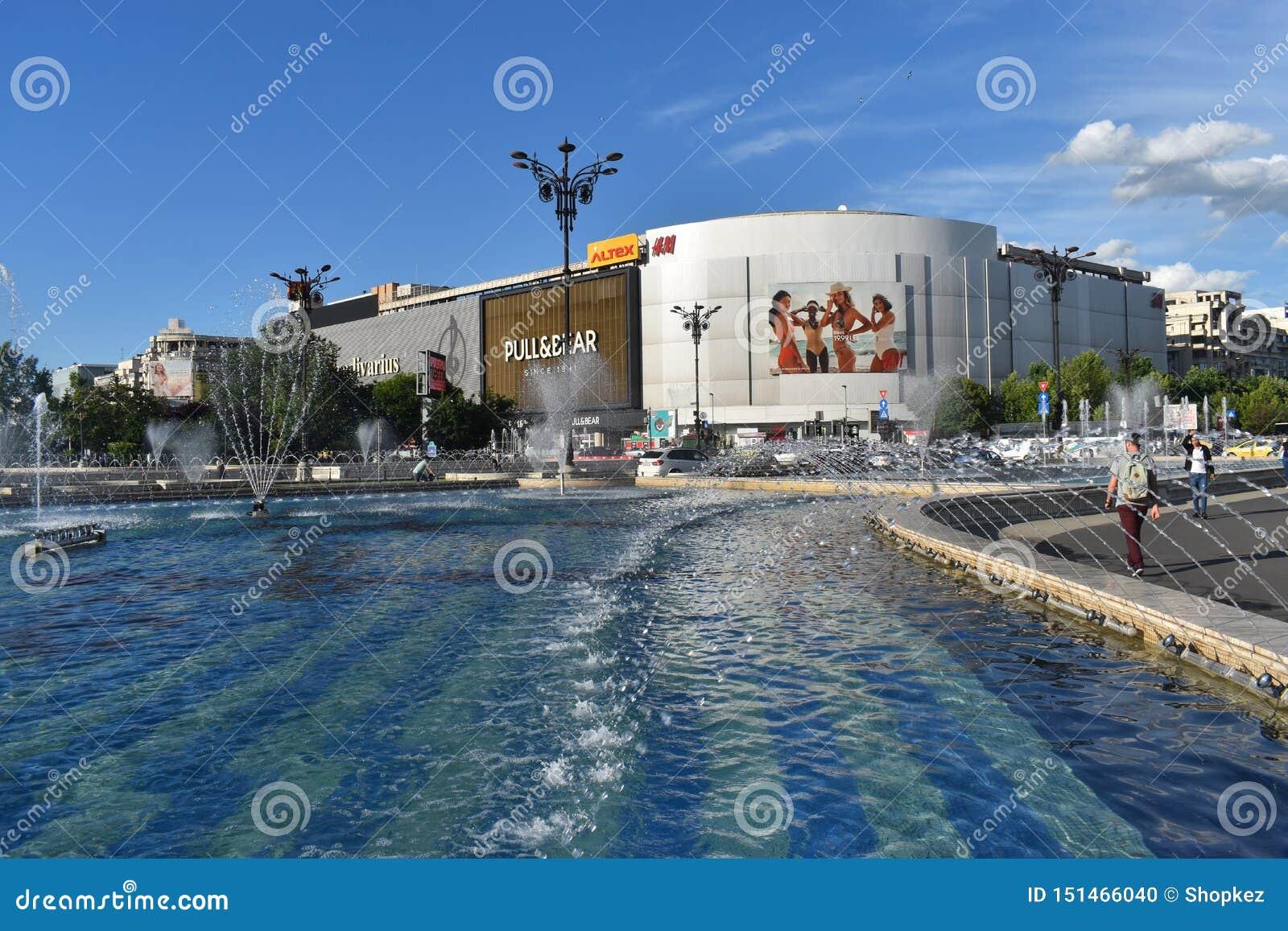 Όμορφες πηγές στο τετράγωνο ένωσης ή Piata Unirii στο στο κέντρο της πόλης του Βουκουρεστι ου σε μια ηλιόλουστη ημέρα άνοιξη 20 0
