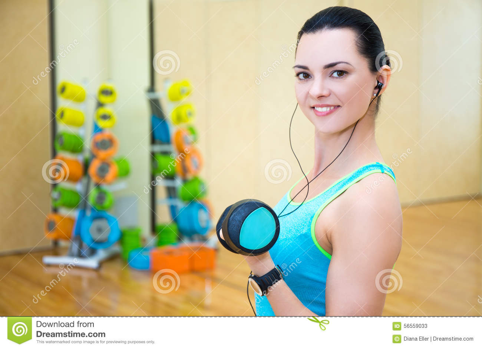 Download Όμορφες φίλαθλες επίλυση γυναικών και μουσική ακούσματος στη γυμναστική Στοκ Εικόνα - εικόνα από απώλεια, γυμναστική: 56559033