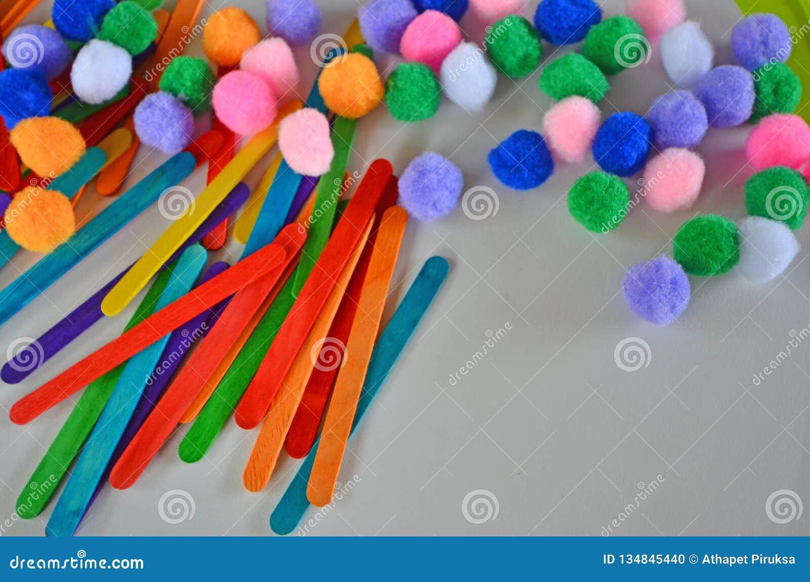 Όμορφες χρωματισμένες ραβδιά και σφαίρες φανέλας για την πρακτική παιδιών παιδικών σταθμών