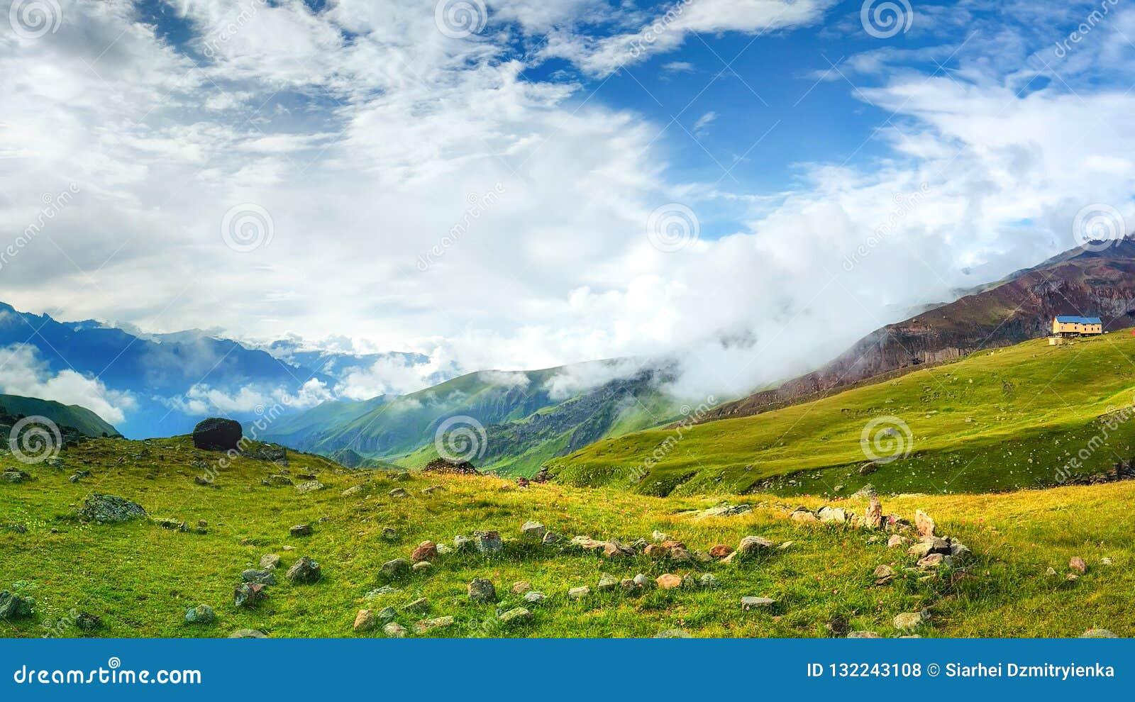 Όμορφη άποψη σχετικά με την κοιλάδα βουνών τη φωτεινή θερινή ημέρα Άγρια φύση βουνών