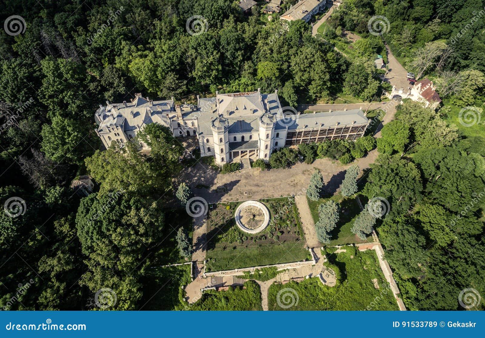 Όμορφη άποψη σχετικά με το άσπρα παλάτι και το ναυπηγείο του Κύκνου στο πάρκο Sharivka, περιοχή Kharkiv