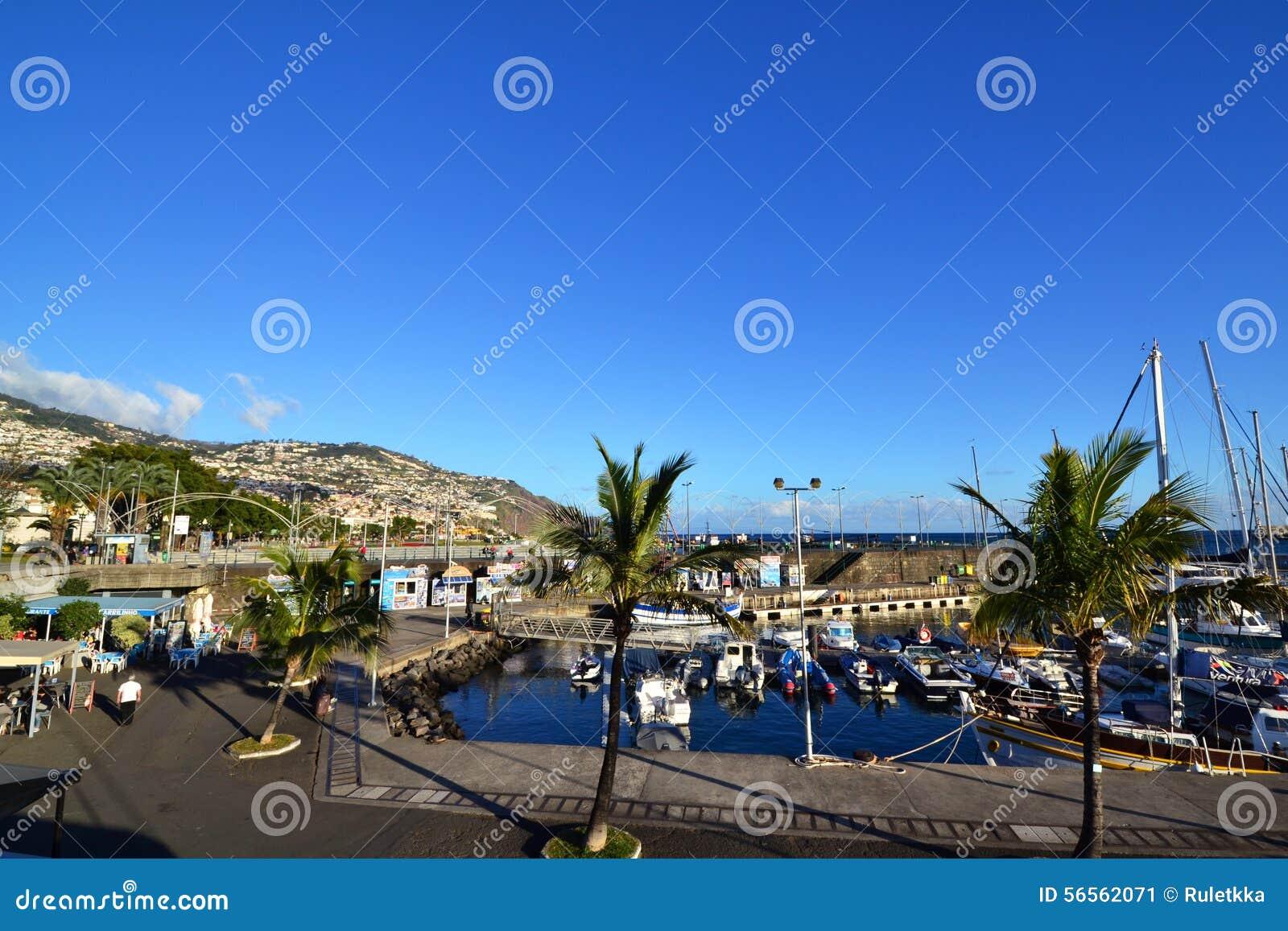 Download Όμορφη άποψη της πόλης του Φουνκάλ, Πορτογαλία Εκδοτική Εικόνες - εικόνα από δρόμος, ογκώδης: 56562071