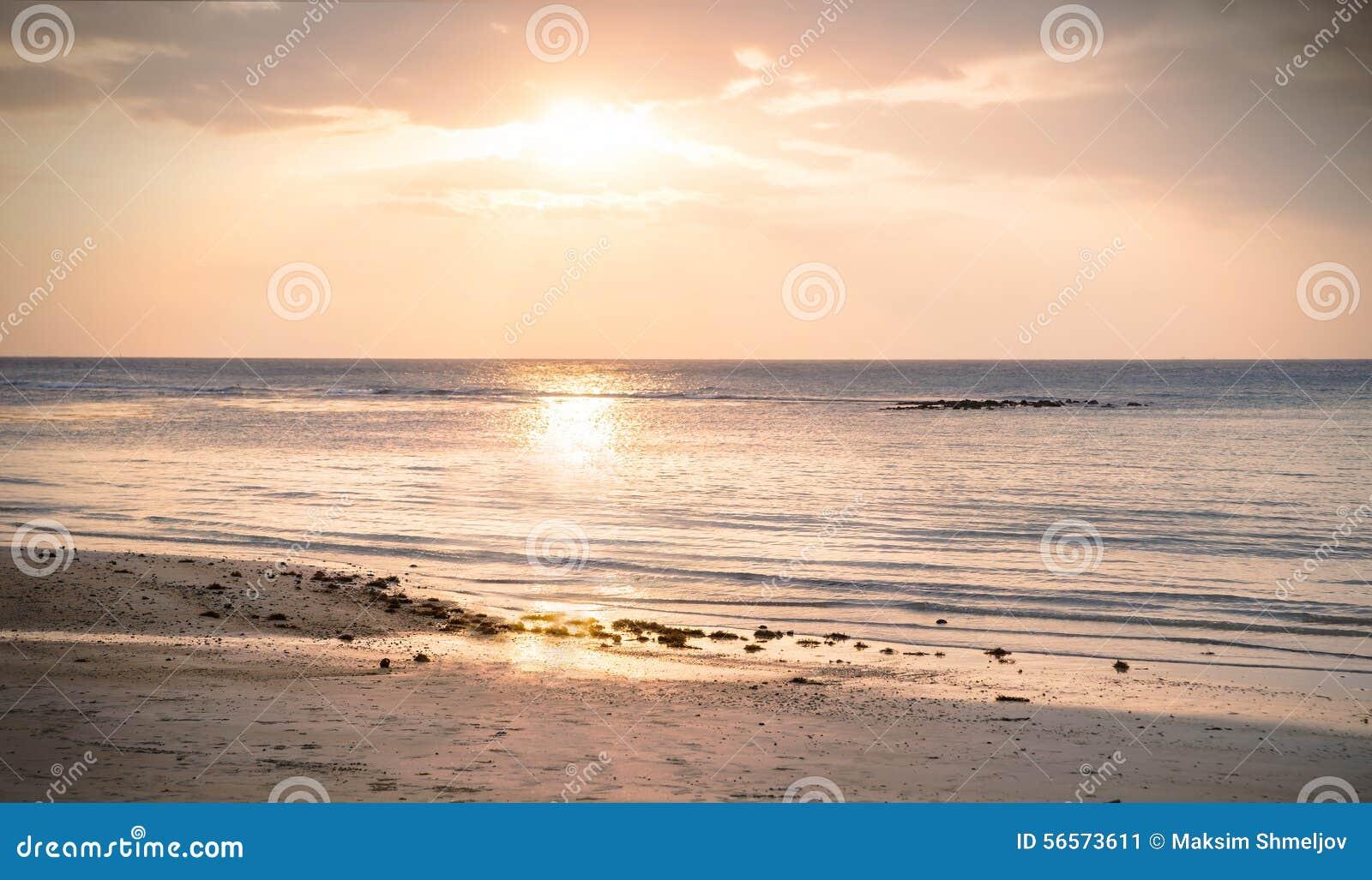 Download Όμορφη άποψη του ηλιοβασιλέματος στην παραλία Στοκ Εικόνα - εικόνα από τοπίο, ασία: 56573611
