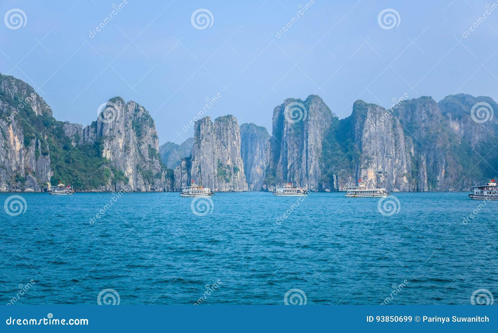 Όμορφη άποψη του μακριού κόλπου εκταρίου, ένας πολύ δημοφιλής προορισμός ταξιδιού στην επαρχία Quang Ninh, βορειοανατολικό Βιετνά