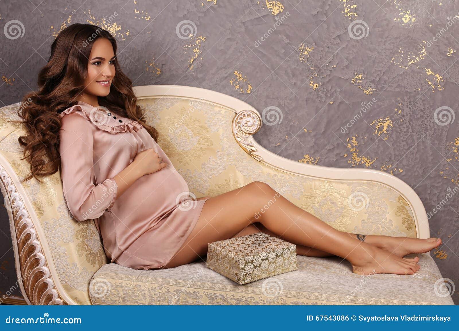 Όμορφη έγκυος γυναίκα στο κομψό φόρεμα δαντελλών a114677608c