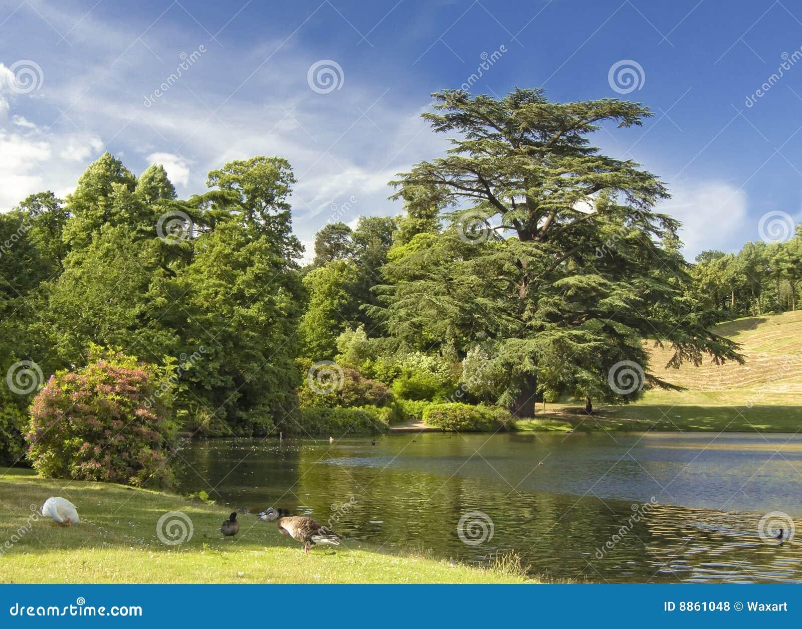 όμορφη αγγλική λίμνη επαρχίας