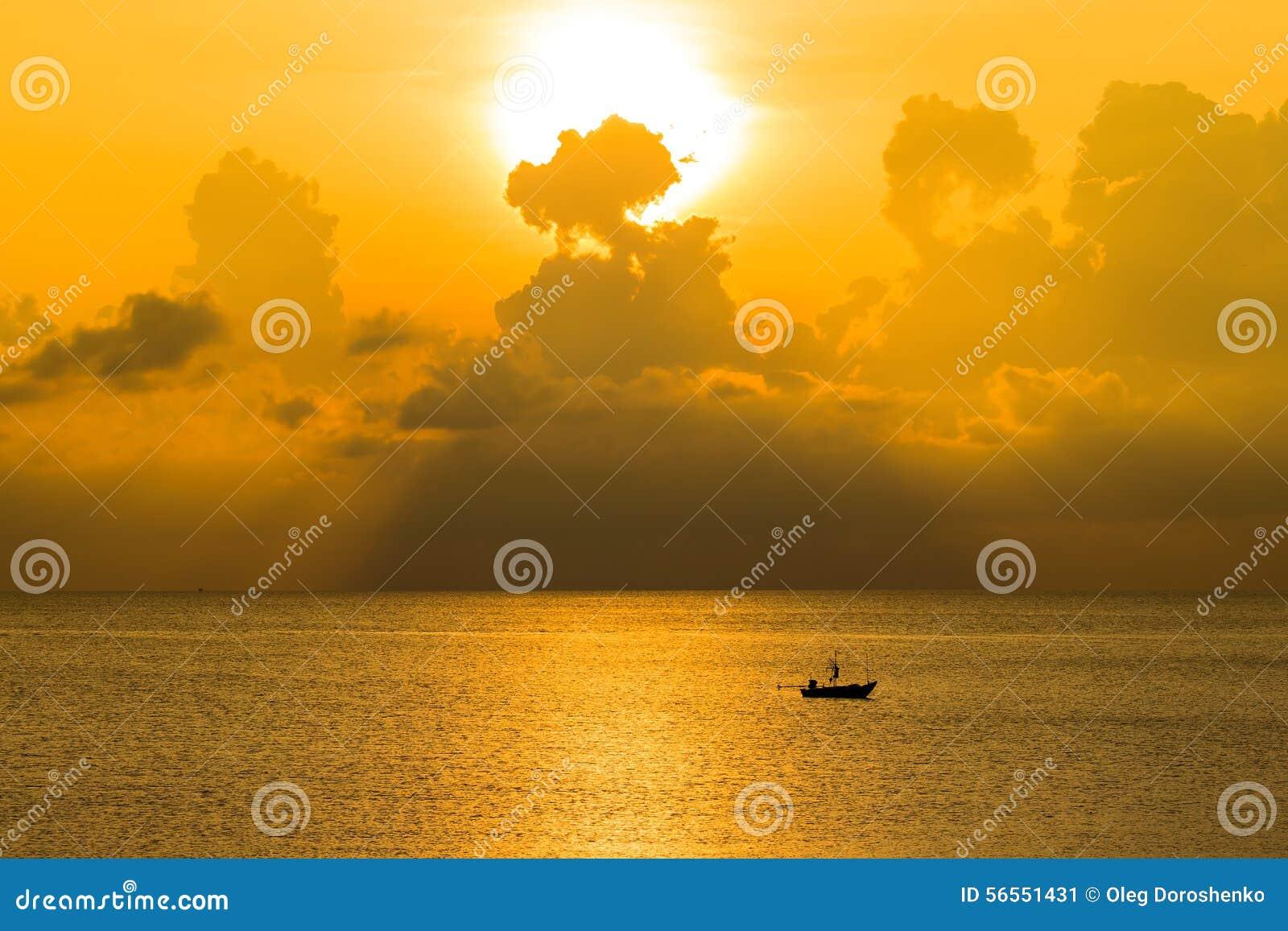 Download Όμορφη ανατολή στην παραλία στην Ταϊλάνδη Στοκ Εικόνα - εικόνα από φως, βουτήξτε: 56551431