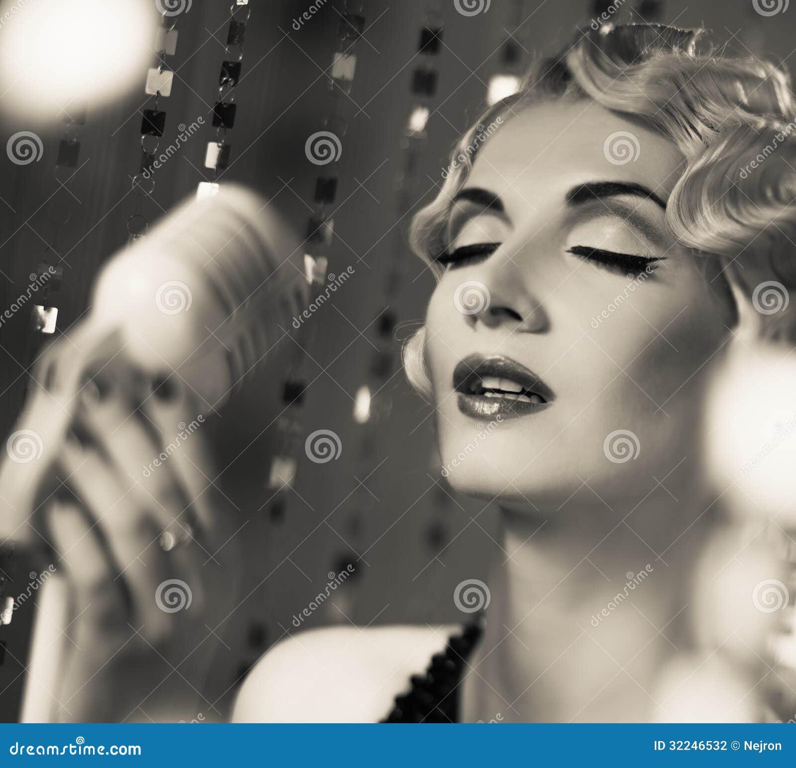 Όμορφη αναδρομική γυναίκα