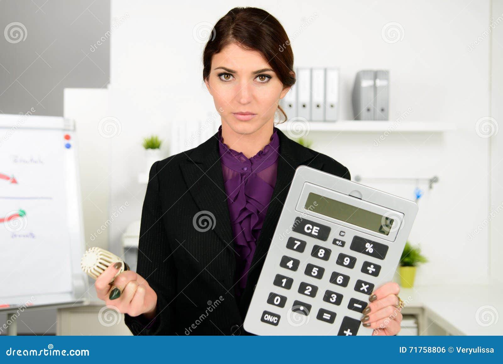 Όμορφη ανησυχία επιχειρησιακών γυναικών για τις δαπάνες θέρμανσης