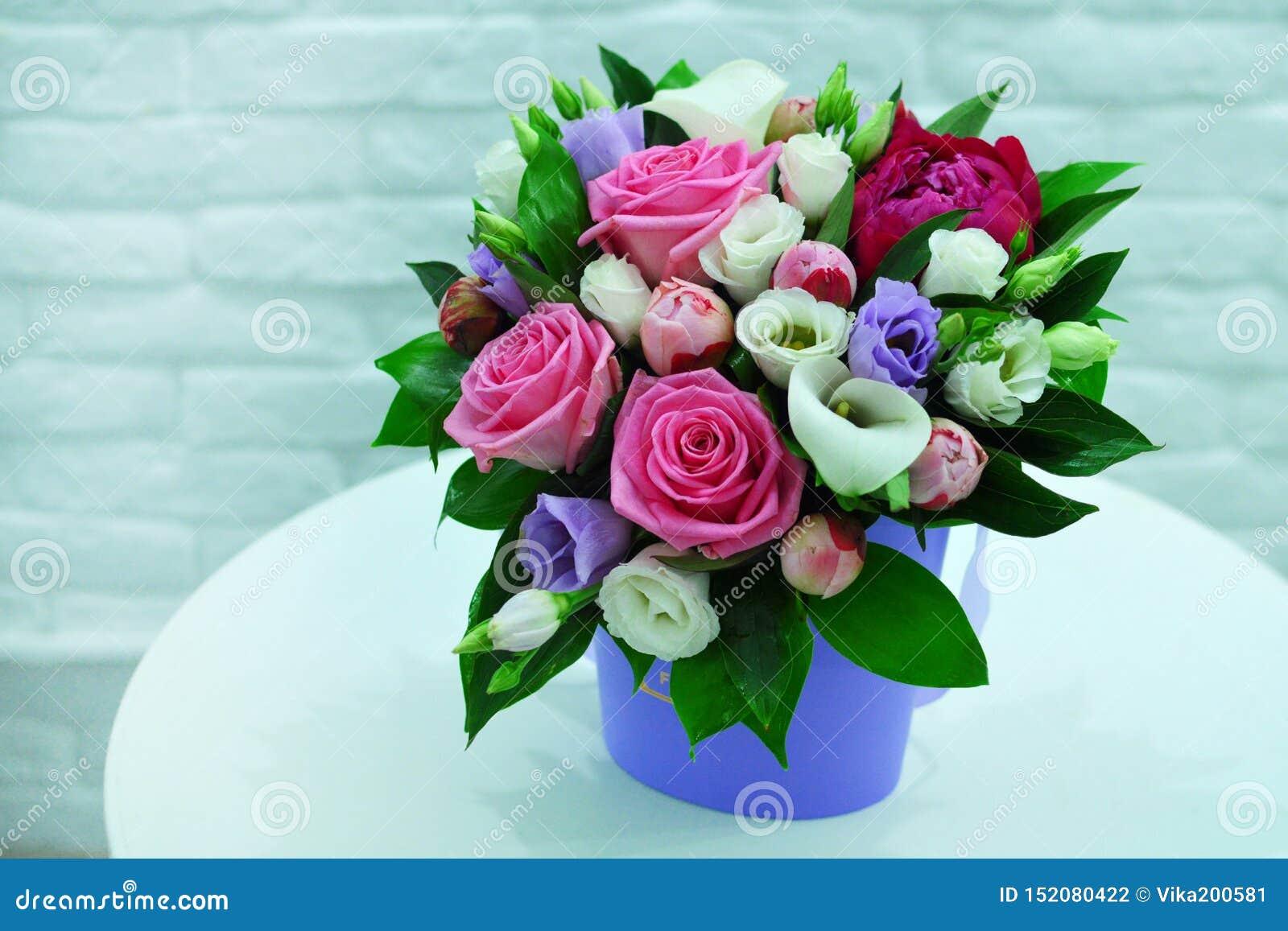 Όμορφη ανθοδέσμη των ζωηρόχρωμων λουλουδιών σε ένα ρόδινο υπόβαθρο στενό
