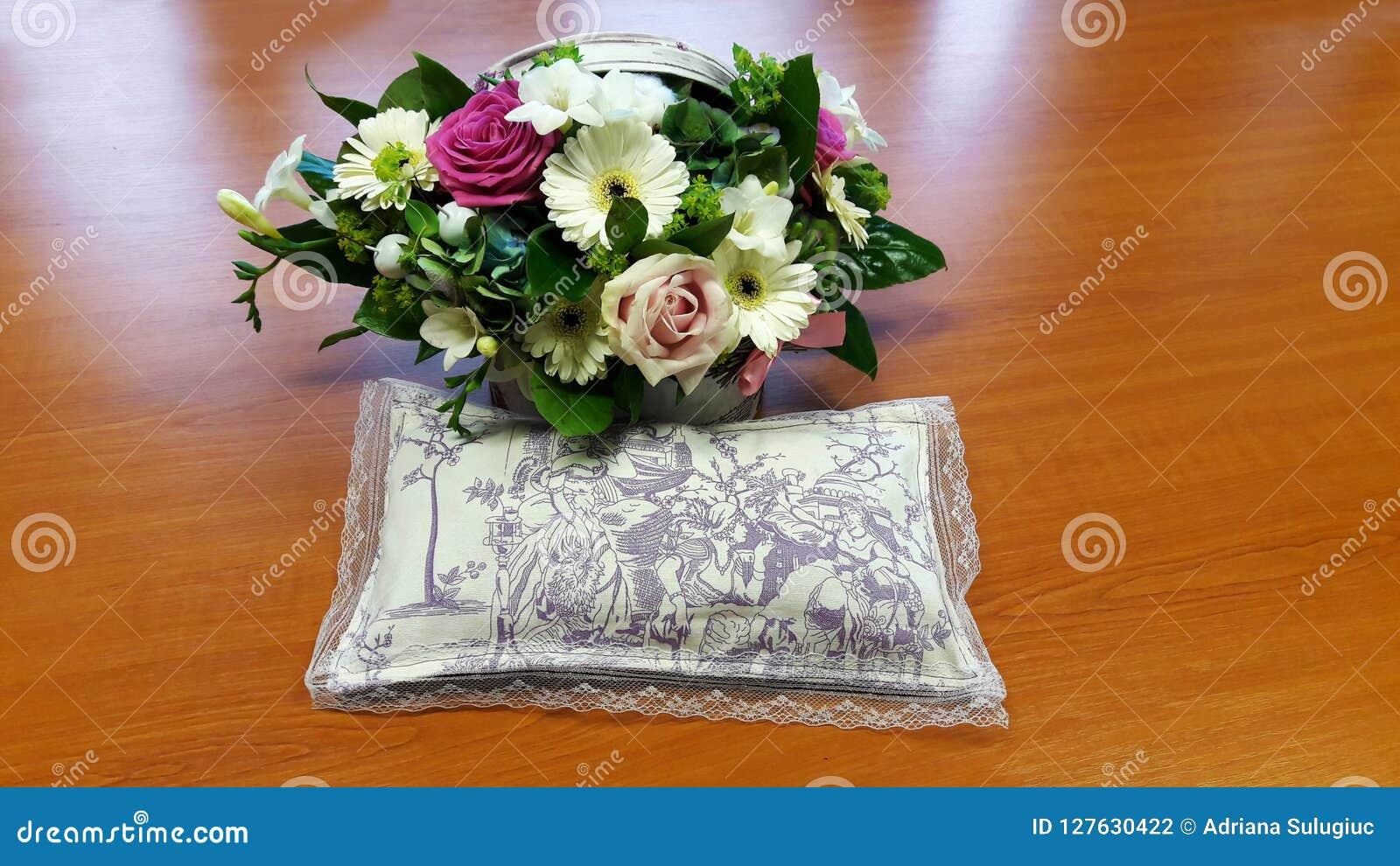 Όμορφη ανθοδέσμη των λουλουδιών και ένα σύνολο μαξιλαριών lavender