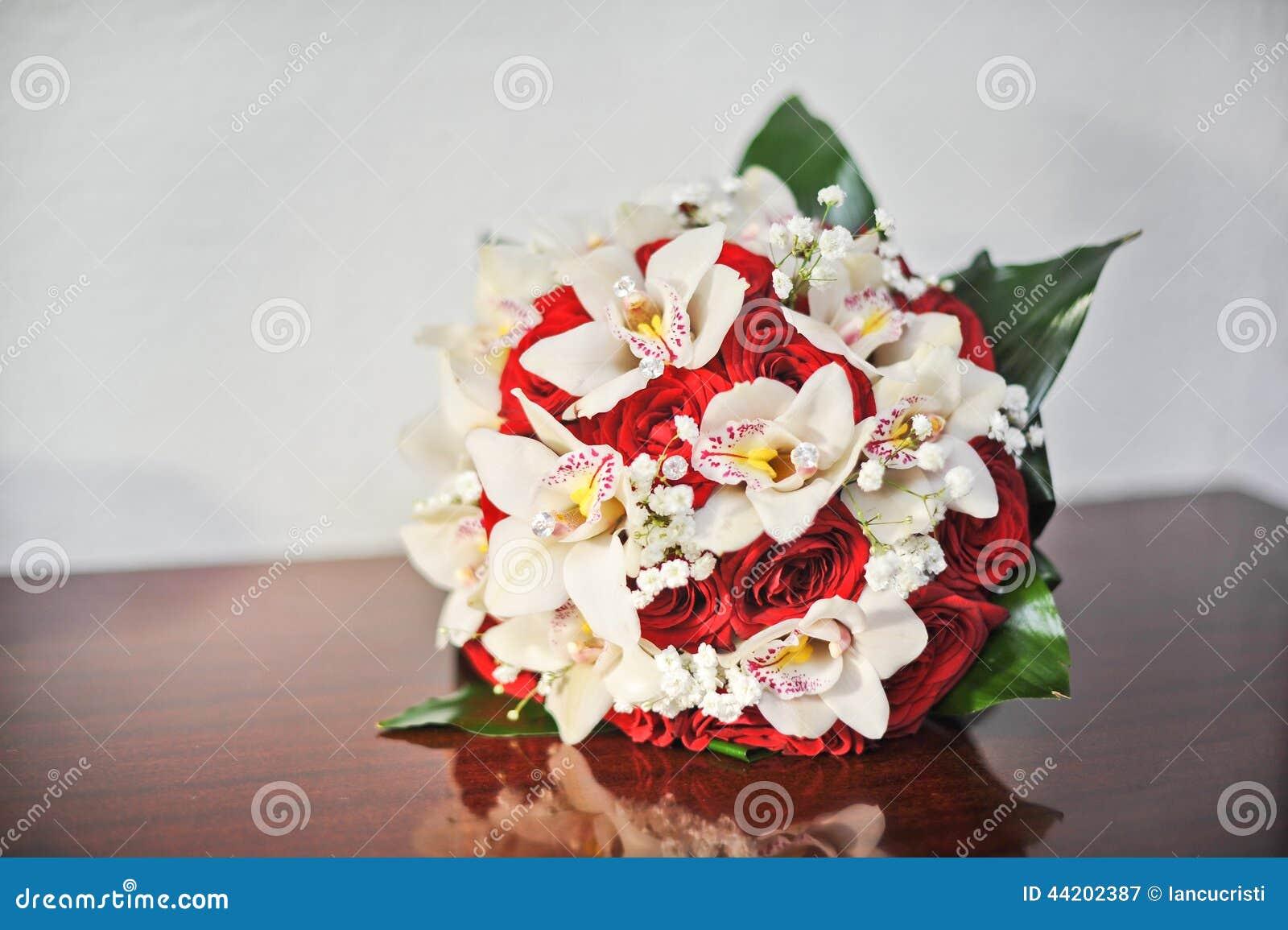 Όμορφη ανθοδέσμη των ροδαλών λουλουδιών, στον πίνακα Γαμήλια ανθοδέσμη των κόκκινων τριαντάφυλλων Κομψή γαμήλια ανθοδέσμη στον πί