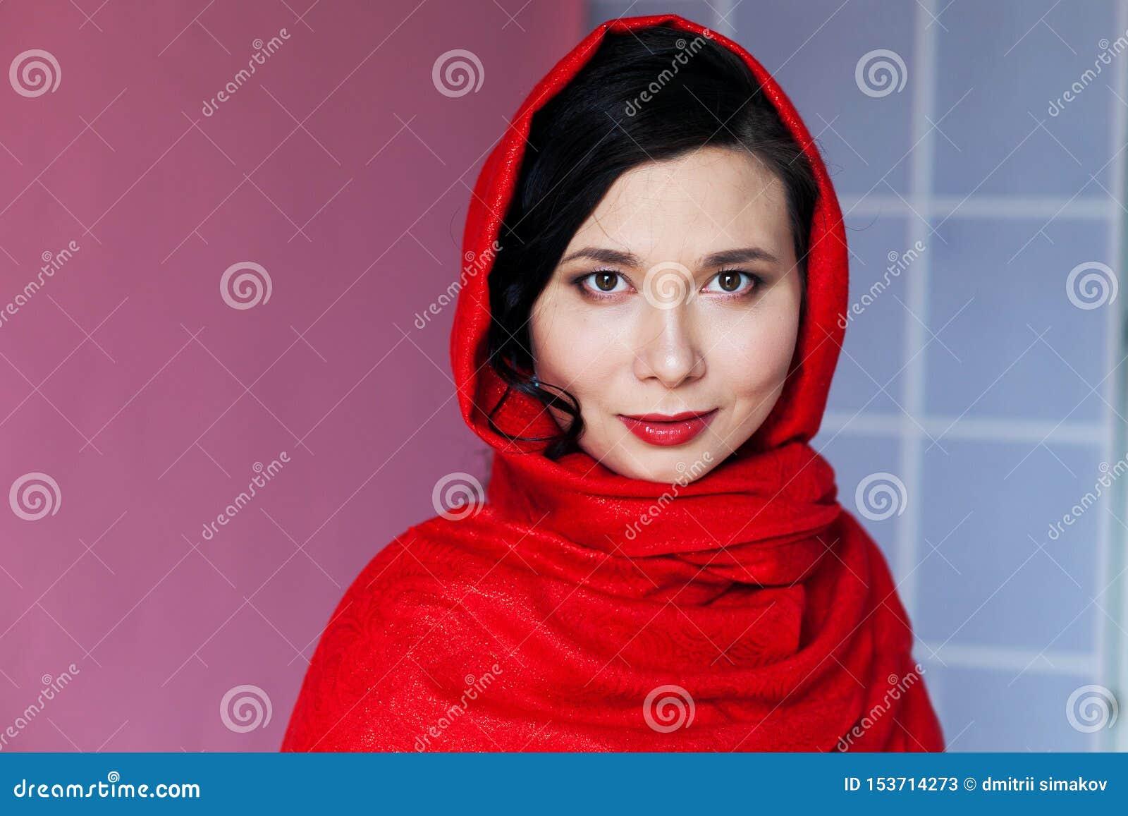 Όμορφη ασιατική μουσουλμανική γυναίκα με ένα καλυμμένο κεφάλι