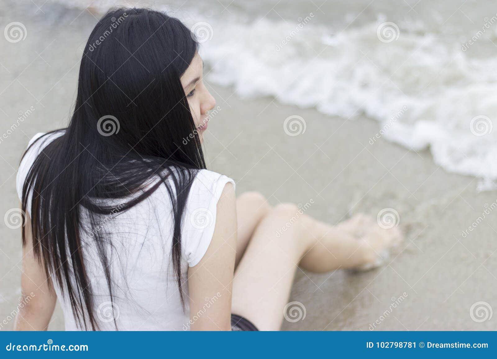 Όμορφη ασιατική πρότυπη συνεδρίαση στην παραλία