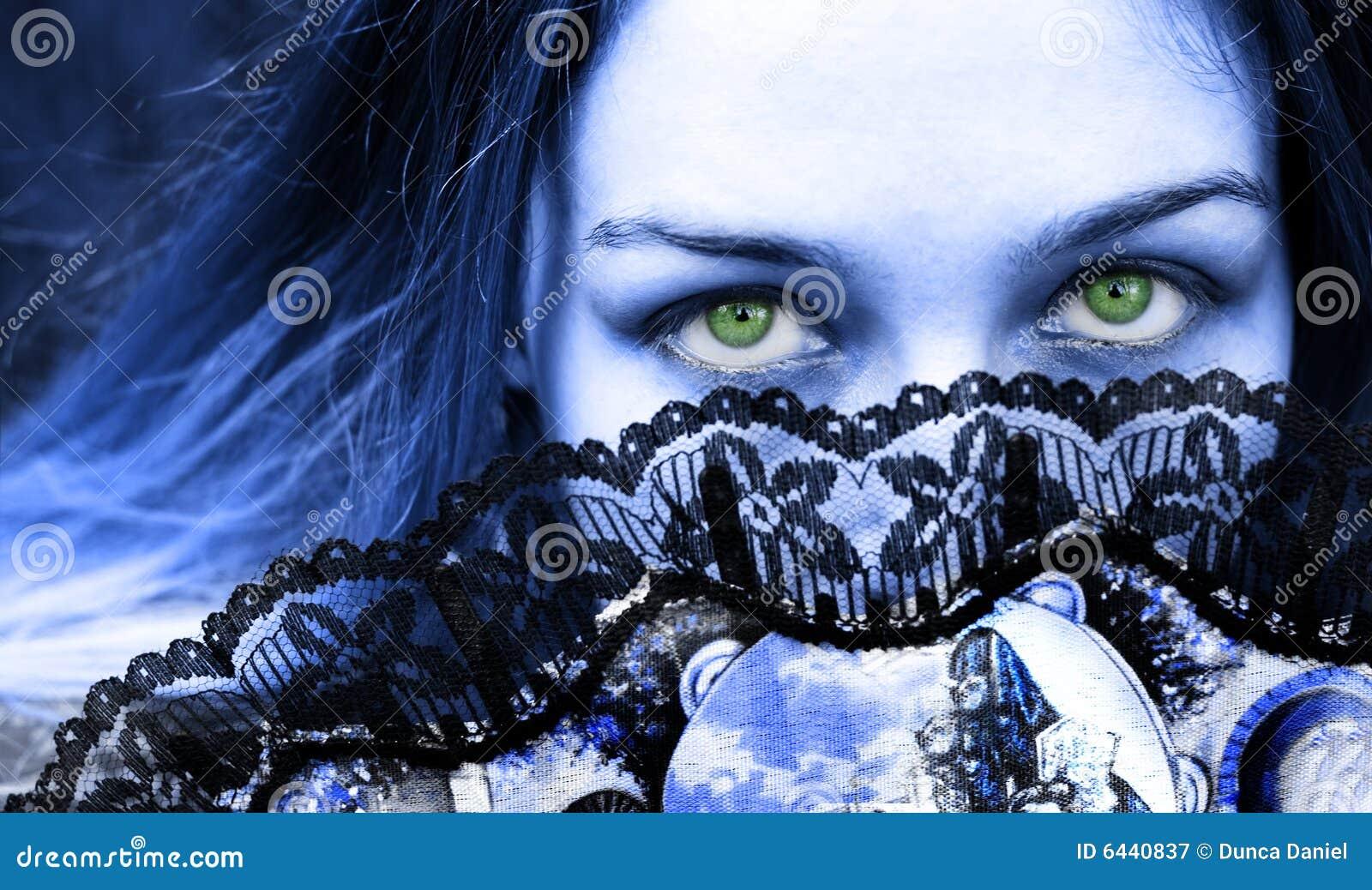 όμορφη γοτθική πράσινη γυναίκα ανεμιστήρων ματιών