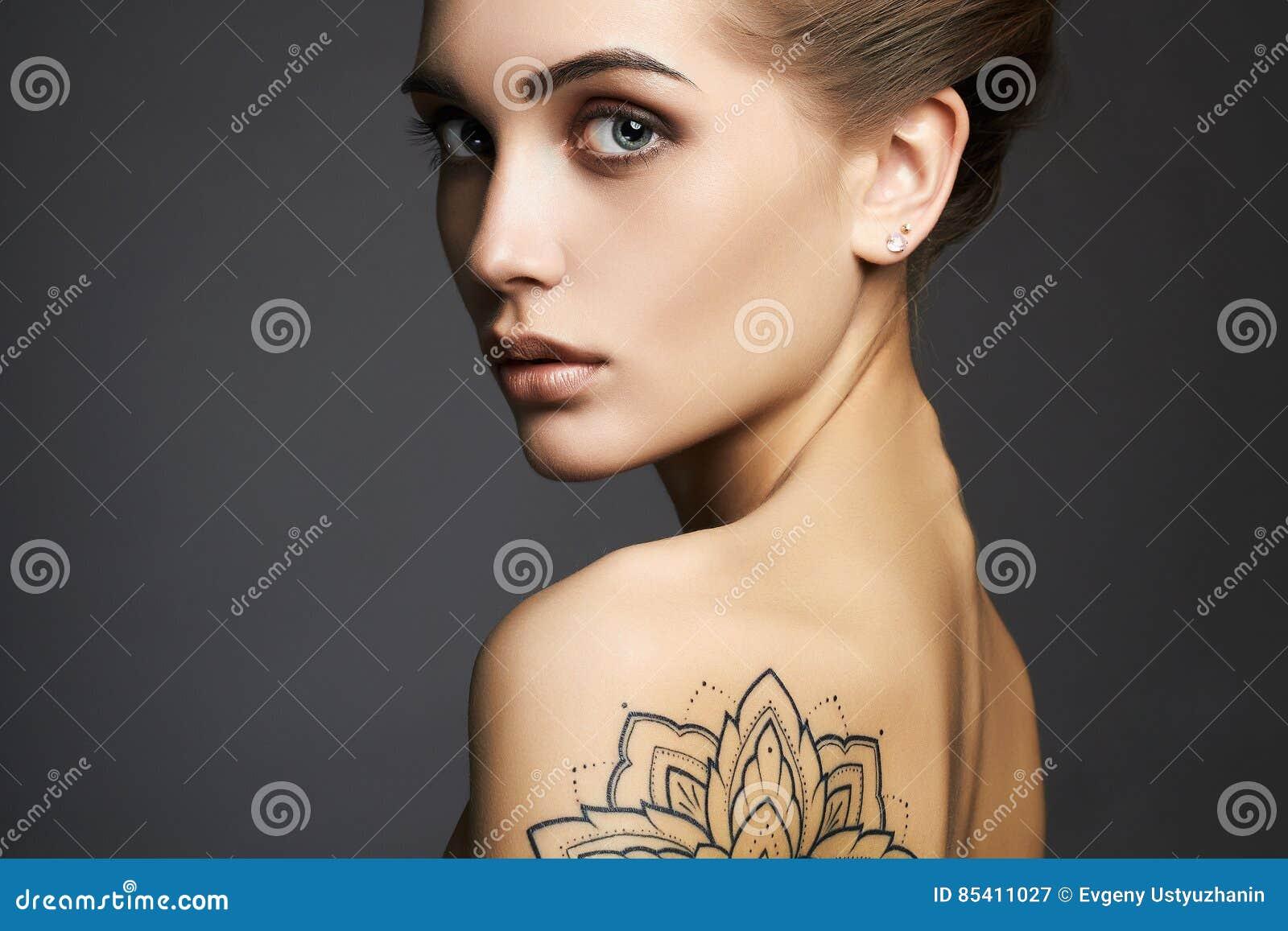 όμορφη γυναίκα δερματοστ