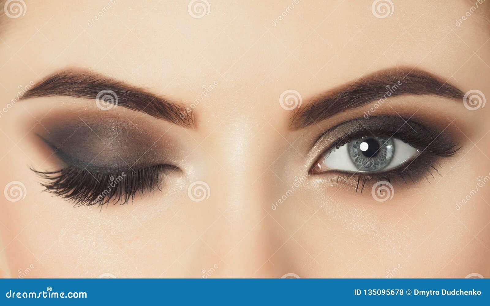 Όμορφη γυναίκα με τα μακροχρόνια eyelashes και με την όμορφη σύνθεση βραδιού