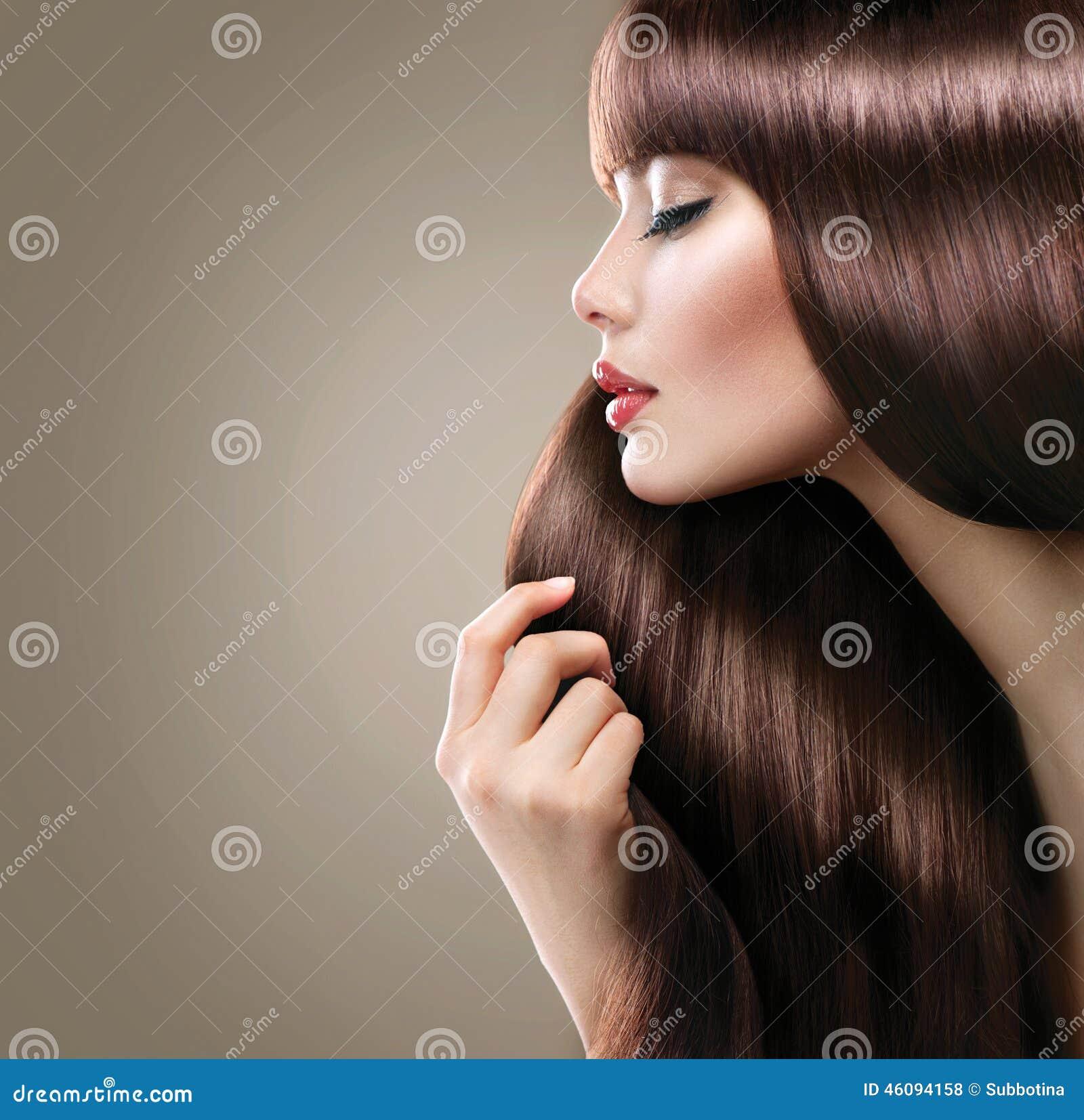 Όμορφη γυναίκα με την πολύ ομαλή λαμπρή ευθεία τρίχα