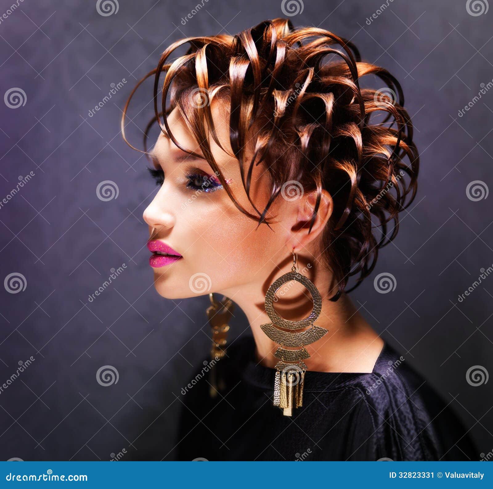 Όμορφη γυναίκα με τη μόδα hairstyle και το ρόδινο makeup