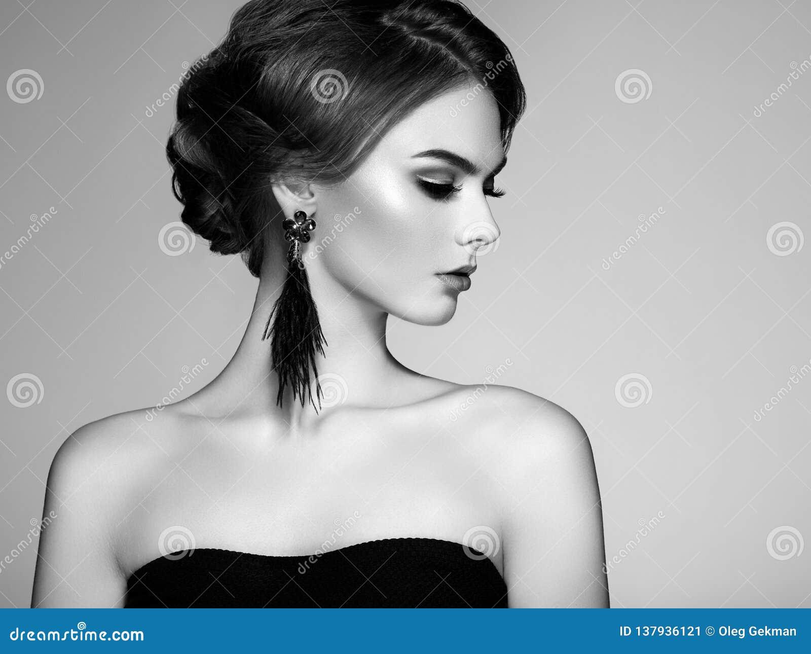 Όμορφη γυναίκα με τους μεγάλους θυσάνους σκουλαρικιών