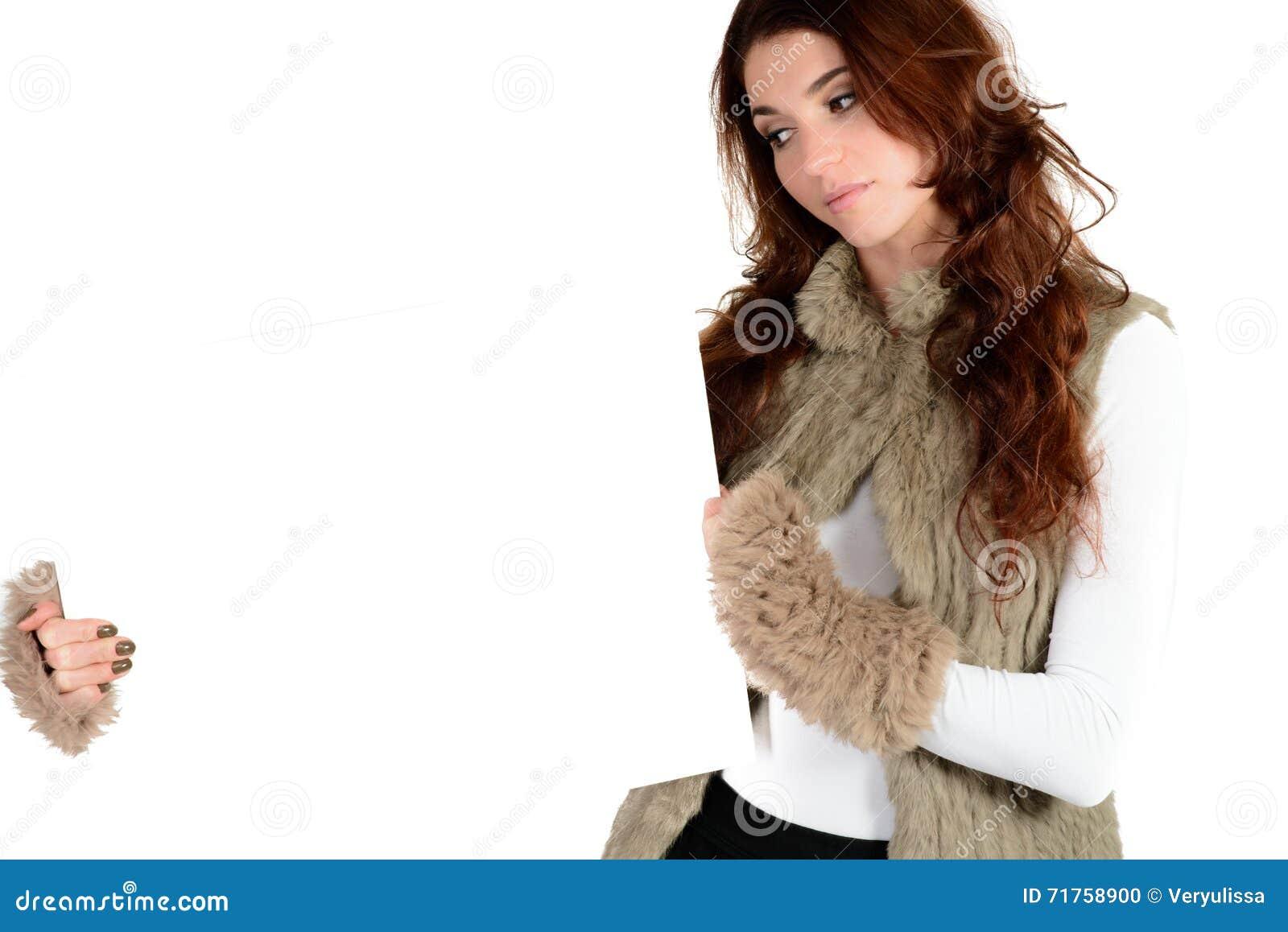 Όμορφη γυναίκα με το κενό έμβλημα αγγελιών