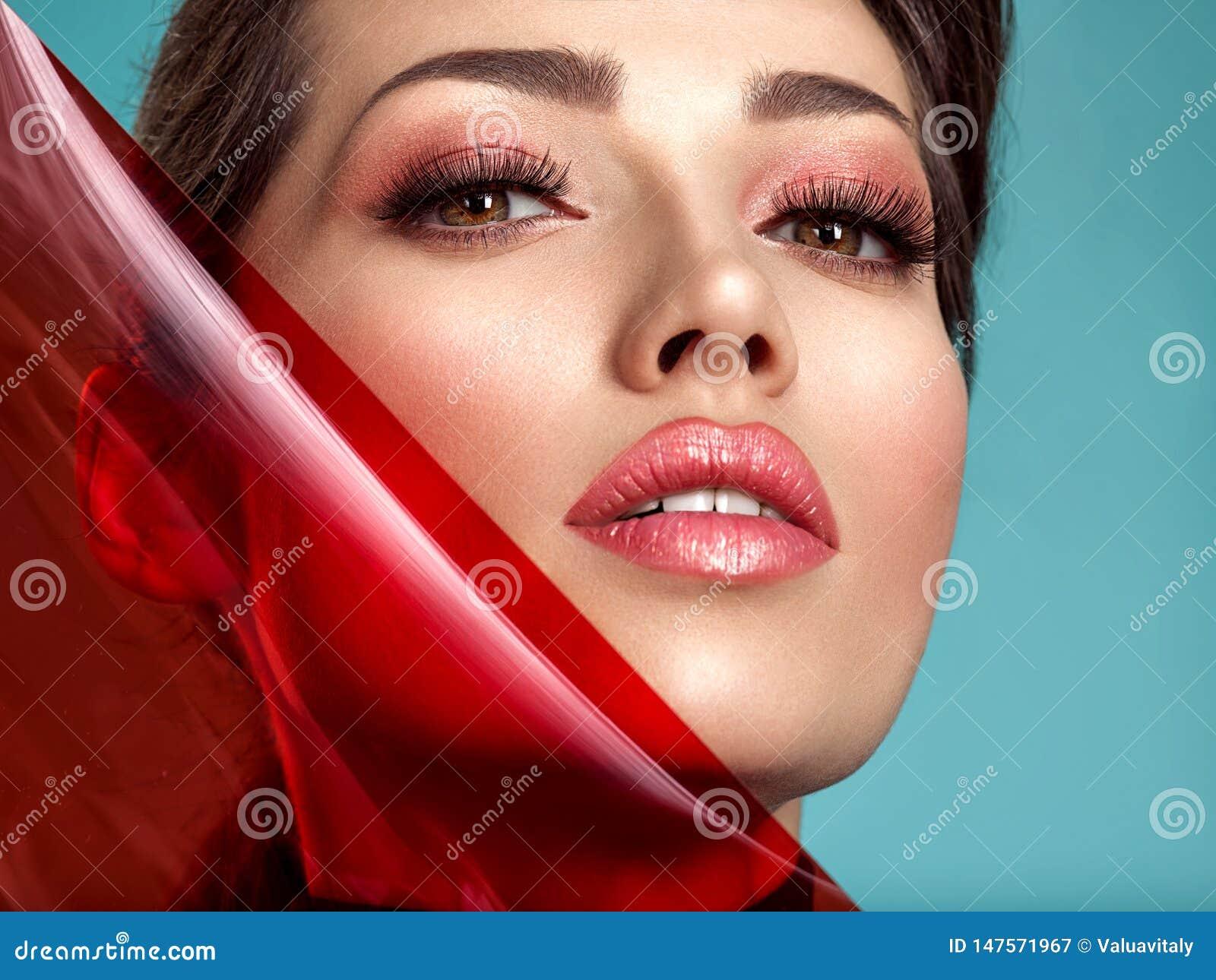 Όμορφη γυναίκα μόδας με χρωματισμένα στοιχεία Ελκυστικό λευκό κορίτσι με το κοράλλι διαβίωσης makeup