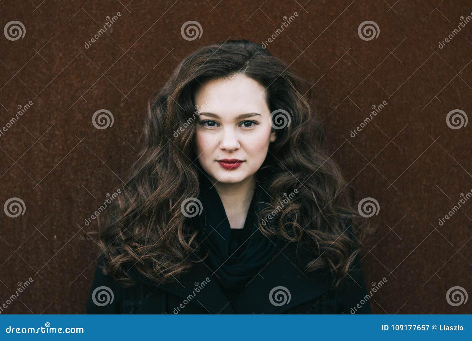 όμορφη γυναίκα πορτρέτου Κοινωνική εικόνα σχεδιαγράμματος μέσων 20-29 χρονών θηλυκό πορτρέτο Μακρύ σγουρό κορίτσι brunette τρίχας
