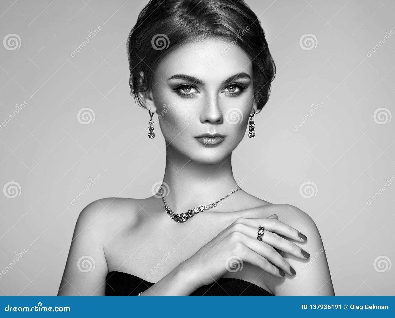 Όμορφη γυναίκα πορτρέτου με το κόσμημα