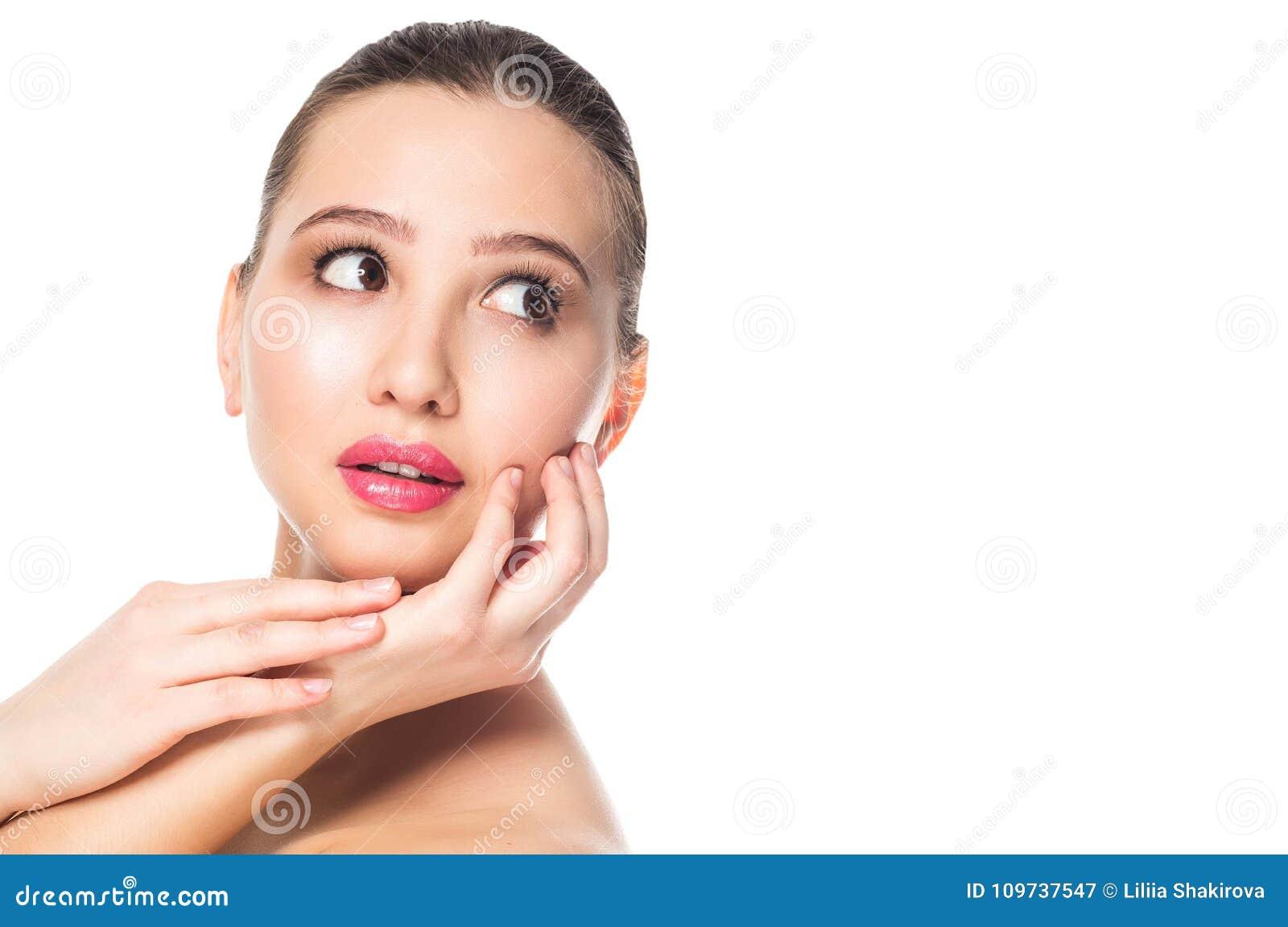 Όμορφη γυναίκα που ανατρέχει, πλευρά απομονωμένο στο λευκό υπόβαθρο, οριζόντιο Το φρέσκο ελατήριο αποτελεί, ρόδινα χείλια, brunet