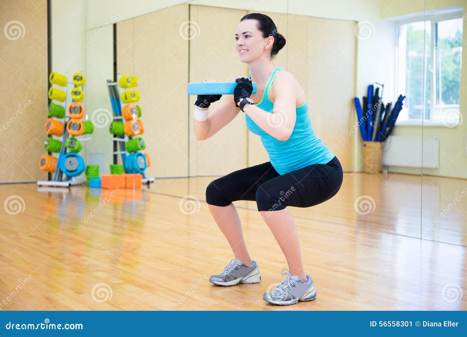 Download Όμορφη γυναίκα που επιλύει στη σύγχρονη γυμναστική Στοκ Εικόνα - εικόνα από κορίτσι, ανασκόπησης: 56558301