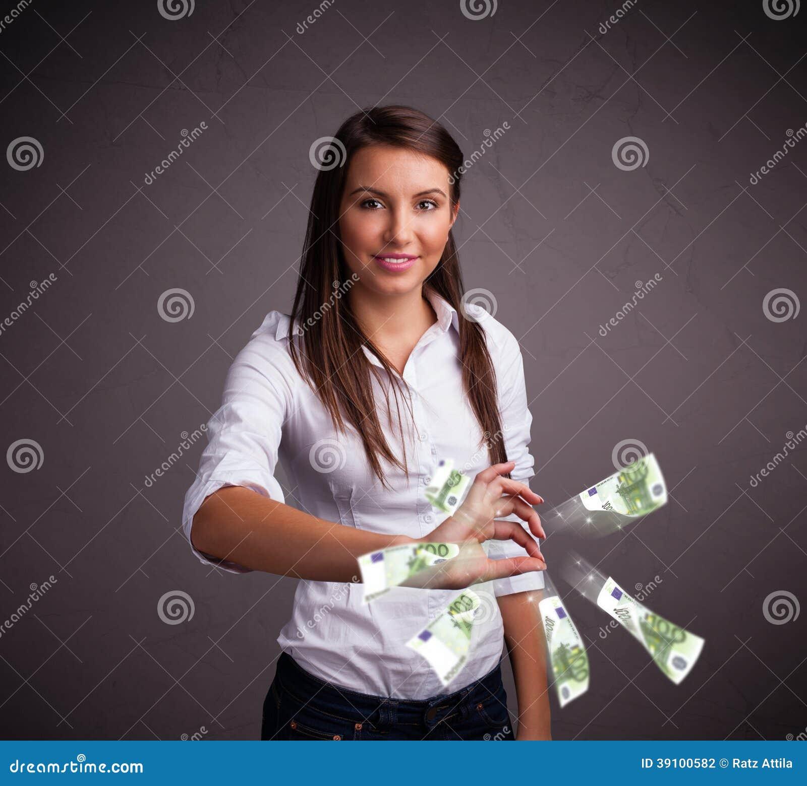 Όμορφη γυναίκα που στέκεται και που ρίχνει τα χρήματα