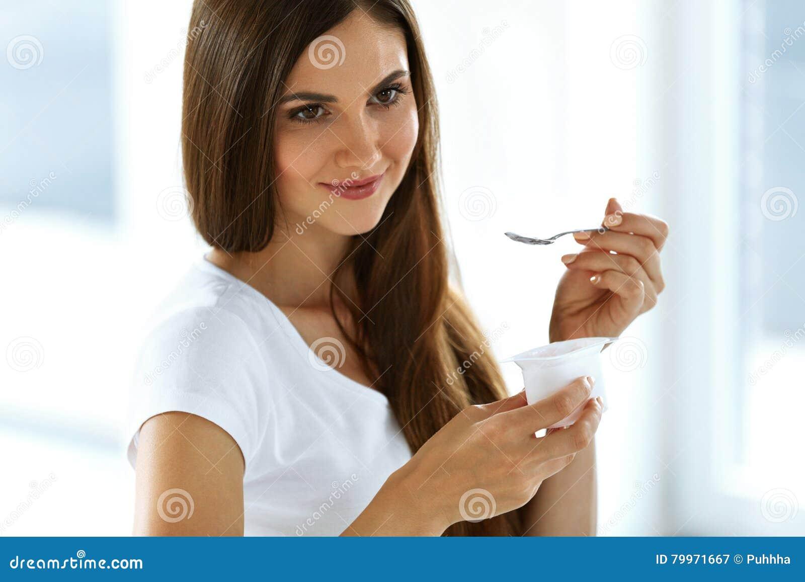 Όμορφη γυναίκα που τρώει το οργανικό γιαούρτι Υγιής διατροφή διατροφής