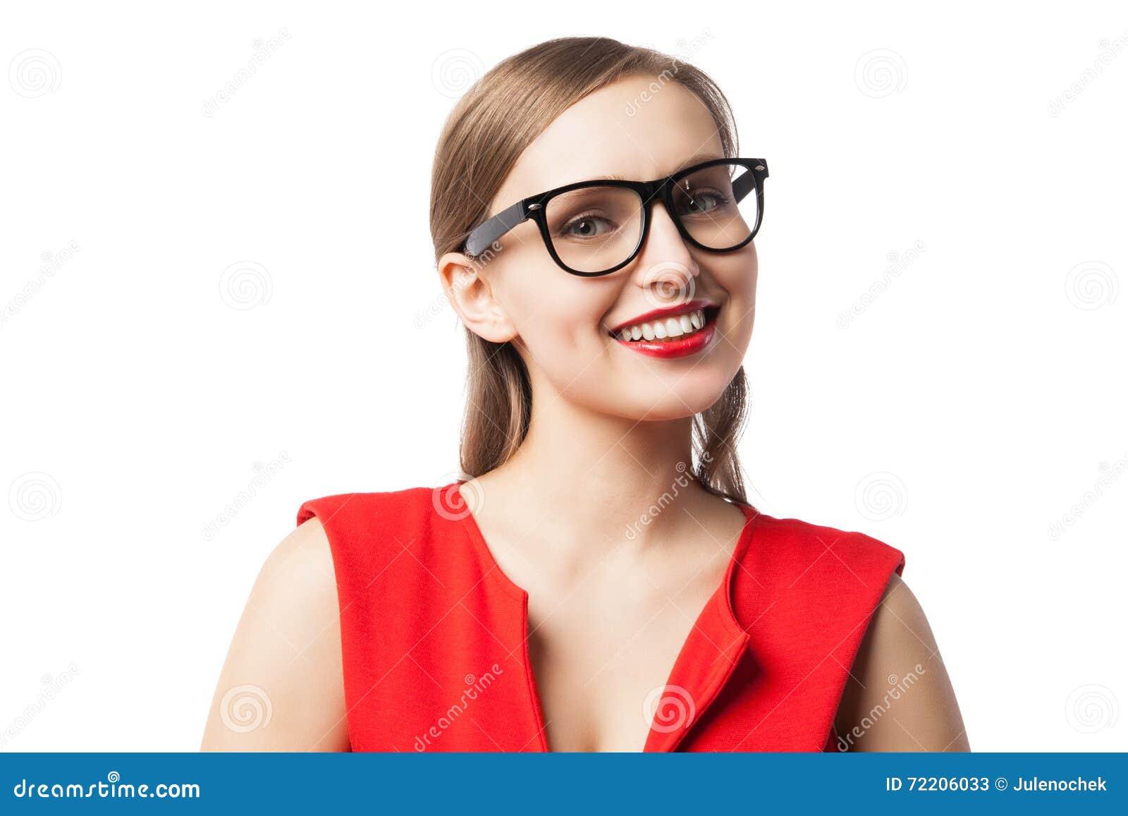 Όμορφη γυναίκα που χαμογελά στη κάμερα