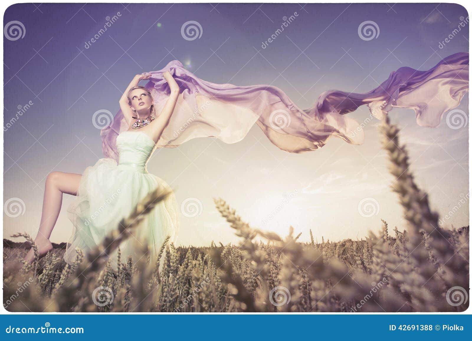 Όμορφη γυναίκα που χορεύει στο ηλιοβασίλεμα