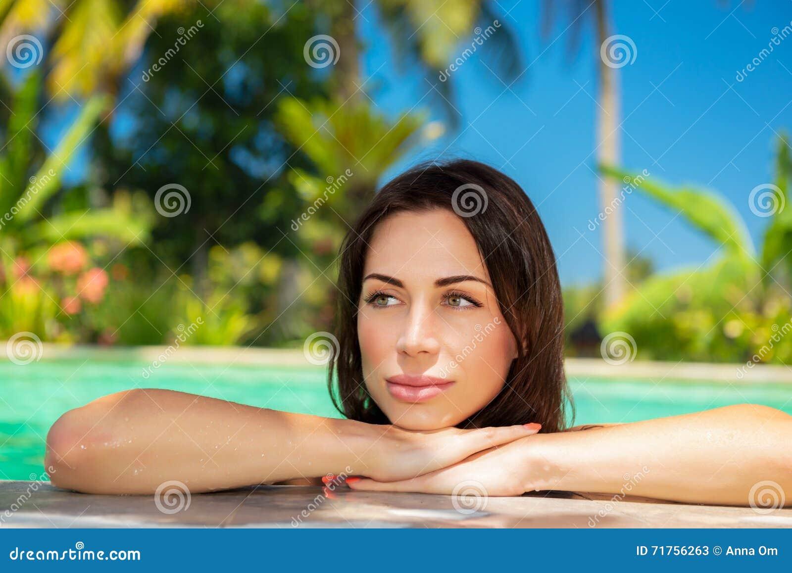 Όμορφη γυναίκα στη λίμνη