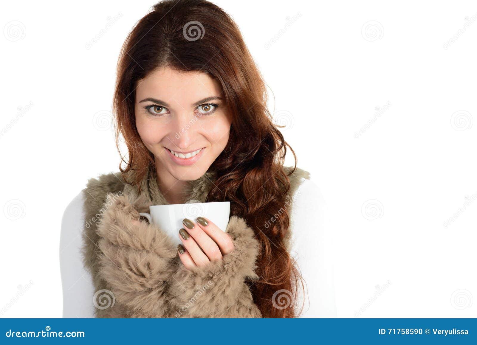 Όμορφη γυναίκα στη γούνα με το φλυτζάνι του ποτού