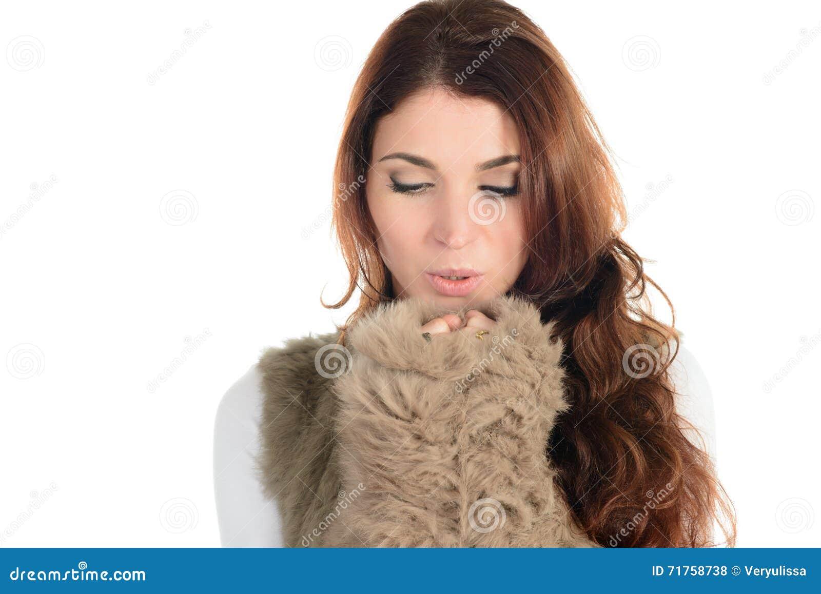 Όμορφη γυναίκα στο πάγωμα γουνών