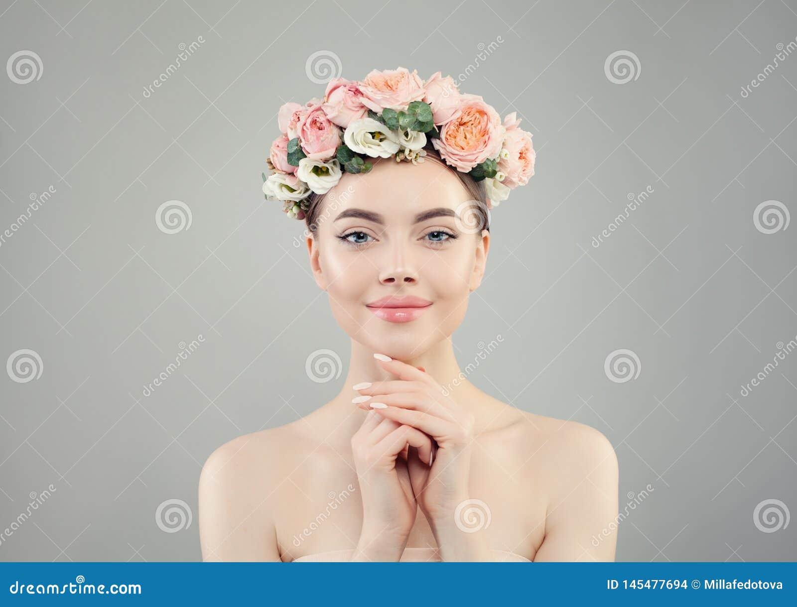 Όμορφη όμορφη γυναίκα στο ροδαλό πορτρέτο κορωνών λουλουδιών Το Healthy spa πρότυπο με το σαφές δέρμα και τα καρφιά