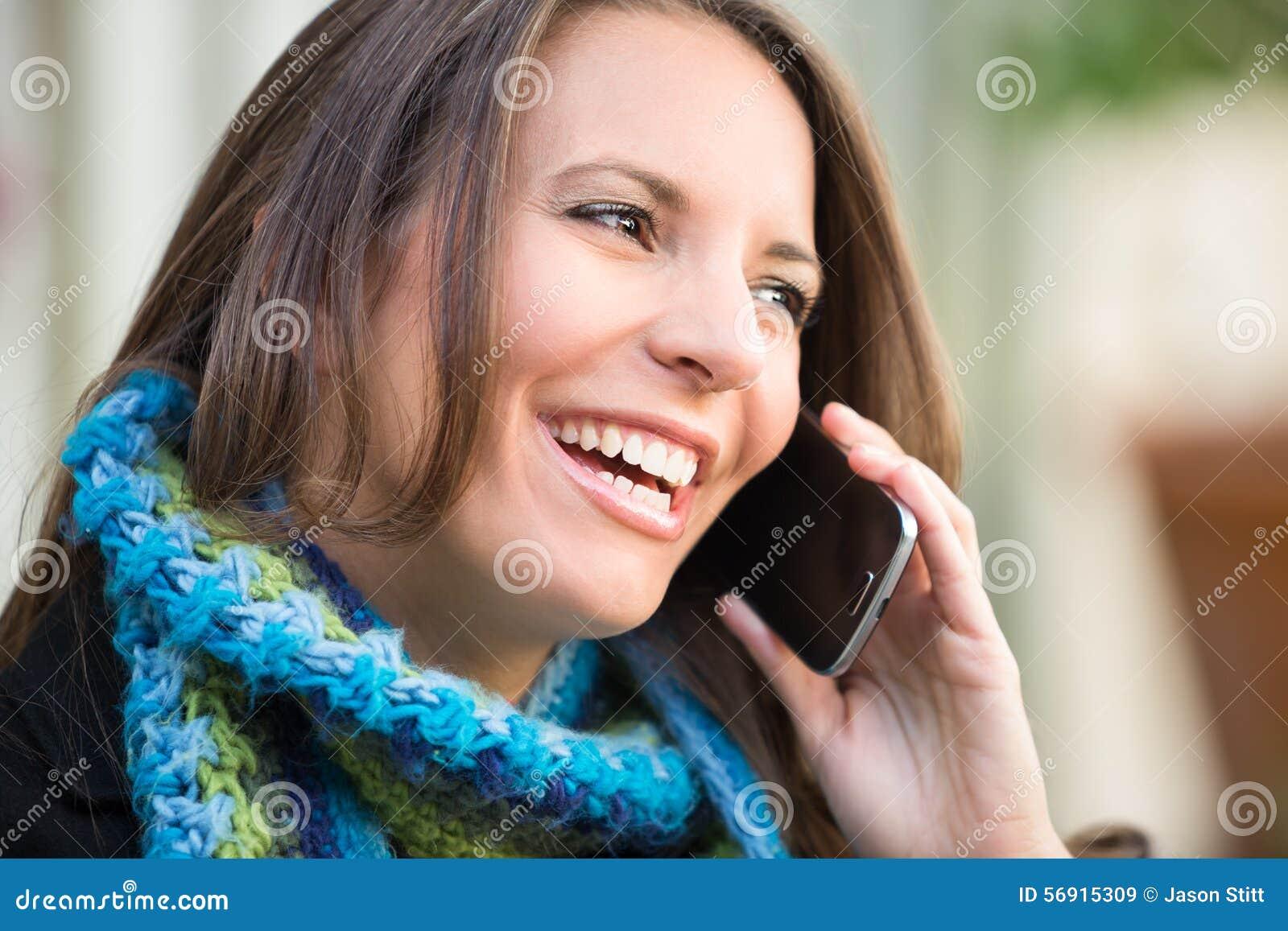 Όμορφη γυναίκα στο τηλέφωνο