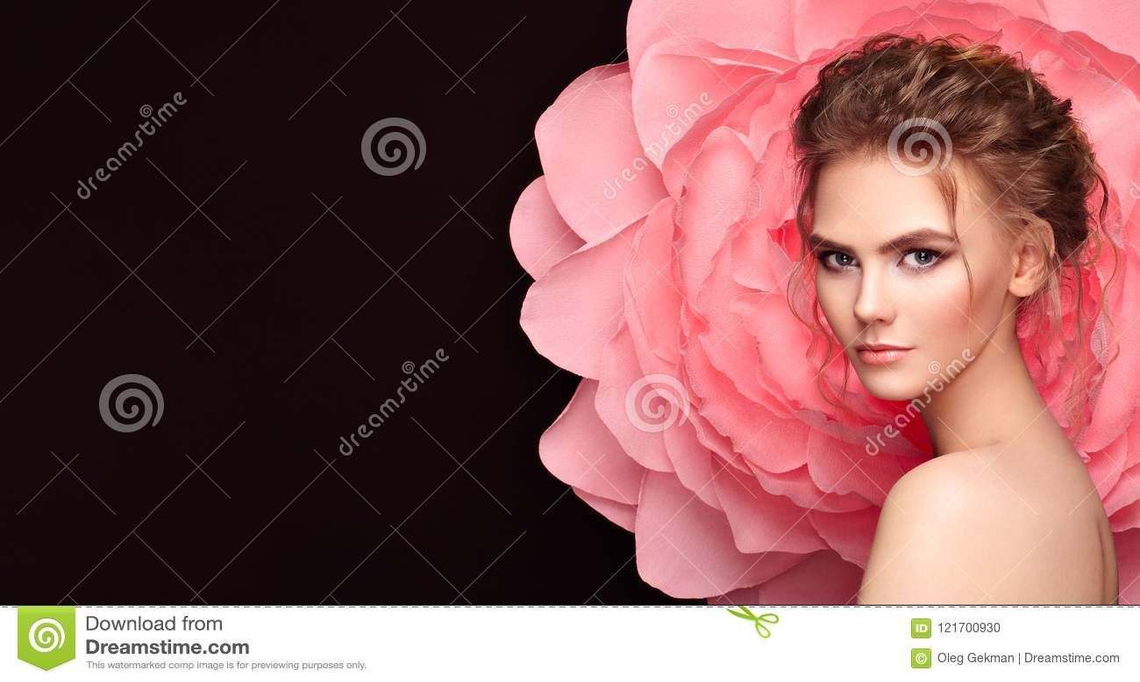 Όμορφη γυναίκα στο υπόβαθρο ενός μεγάλου λουλουδιού