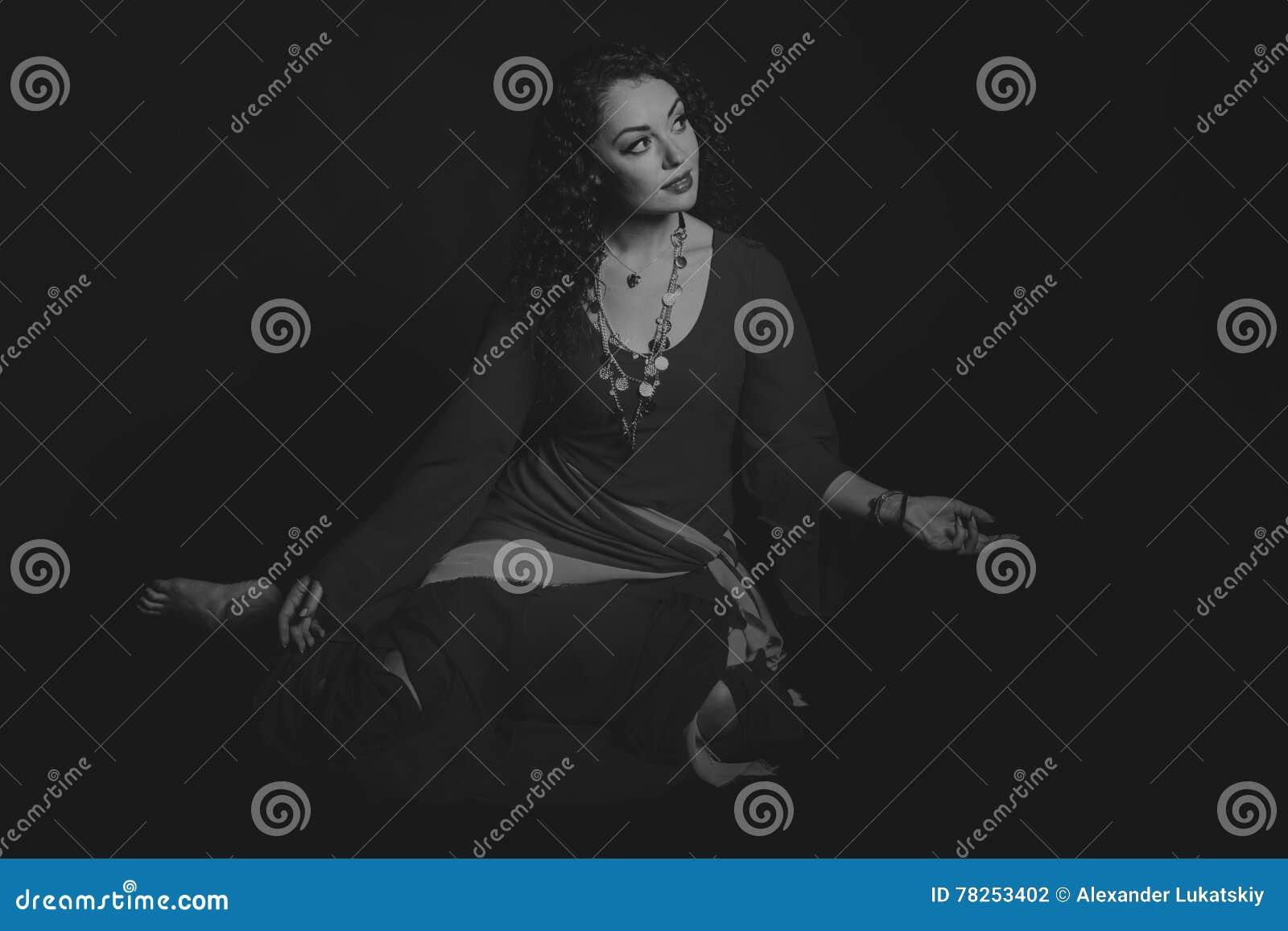 Όμορφη γυναίκα τσιγγάνων στην εικόνα