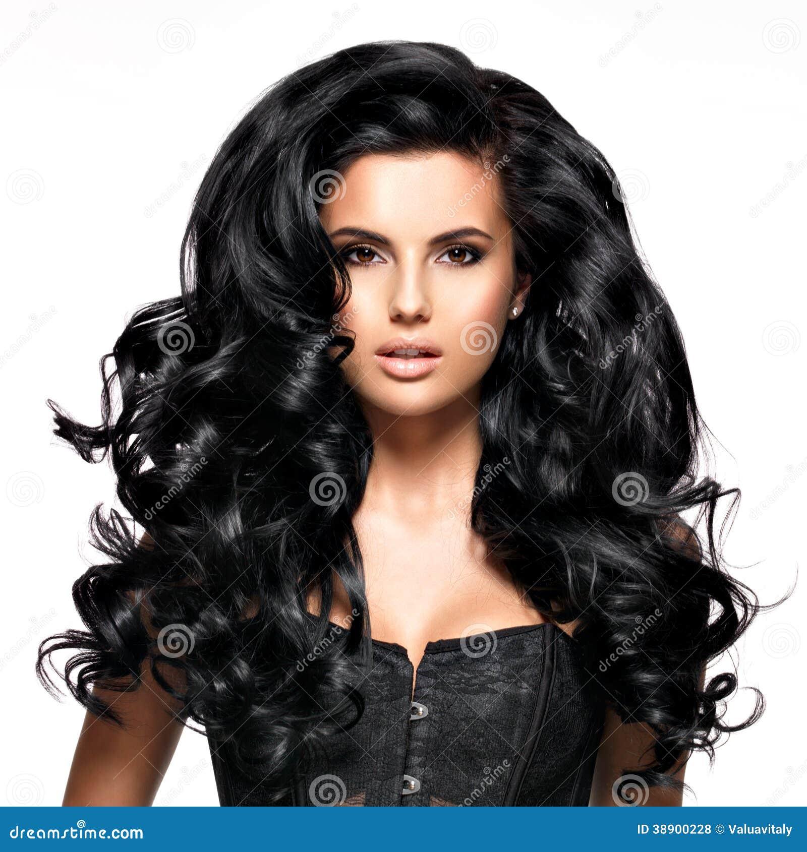 Όμορφη γυναίκα brunette με τη μακριά μαύρη τρίχα