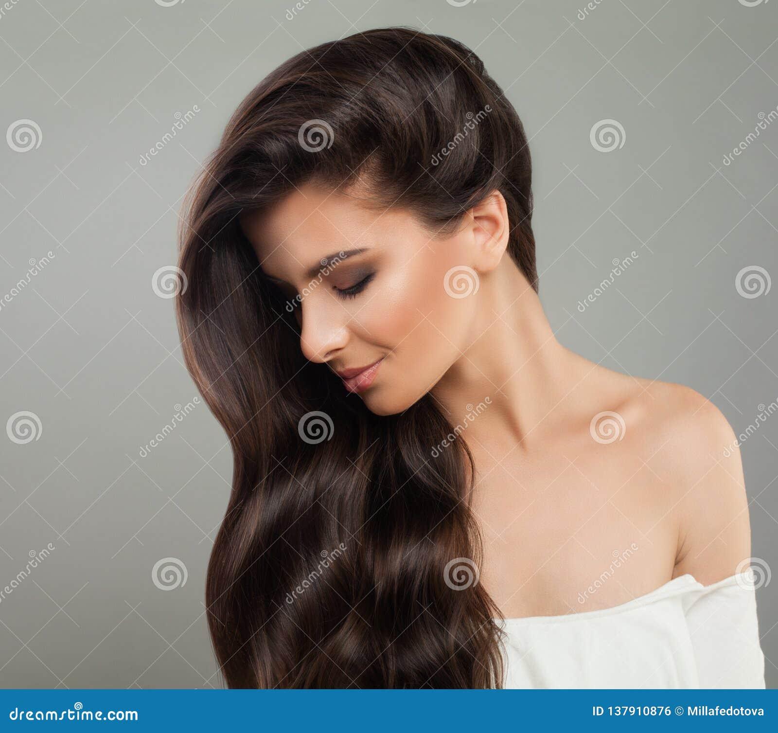 Όμορφη γυναίκα brunette με το κυματιστό hairstyle όμορφο θηλυκό σχεδιάγραμ Έννοια προσοχής τρίχας