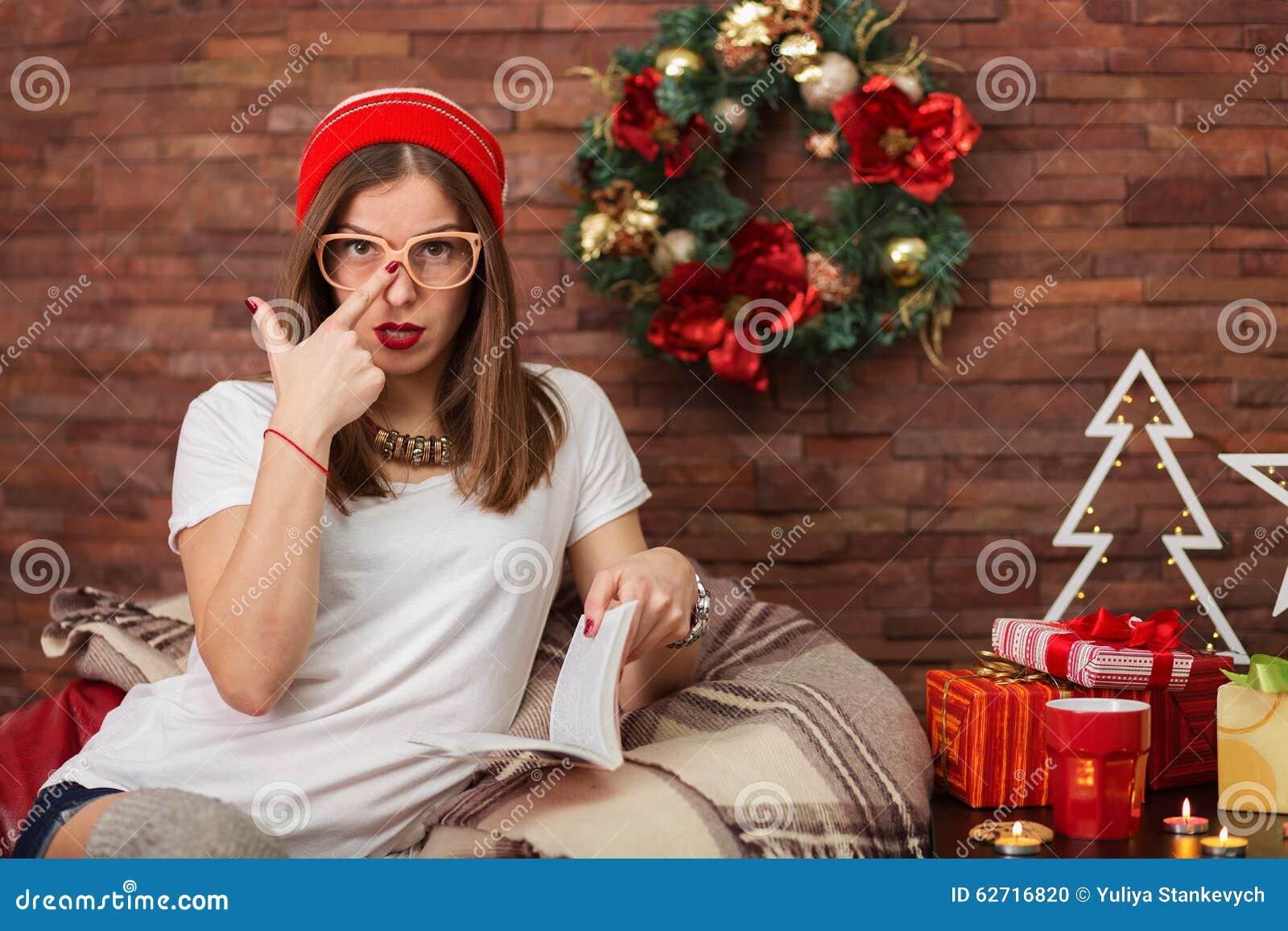 Όμορφη γυναίκα hipster που διαβάζει ένα βιβλίο