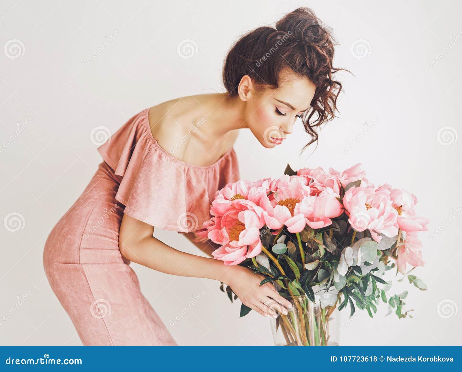 6be80633ca6 όμορφη γυναίκα peonies στοκ εικόνες. εικόνα από θηλυκό - 107723618