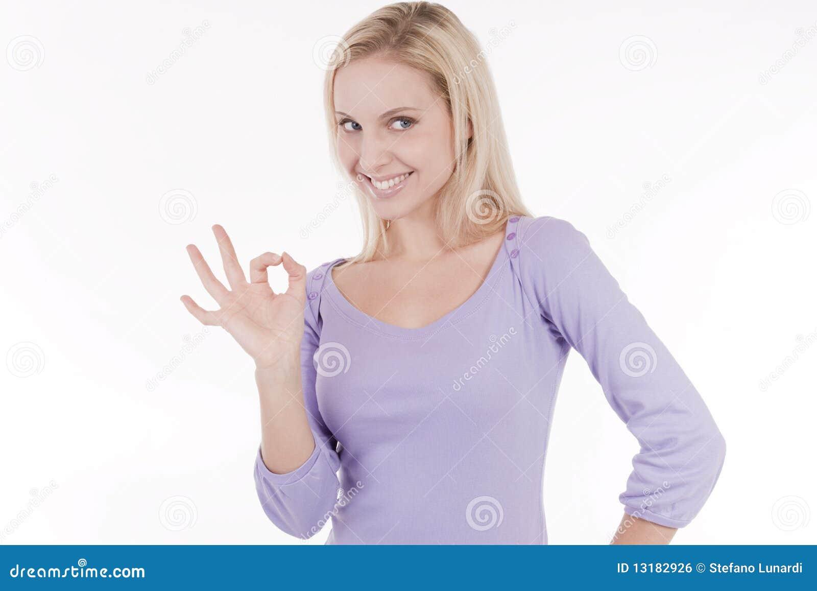 Όμορφη εντάξει χειρονομία γυναικών