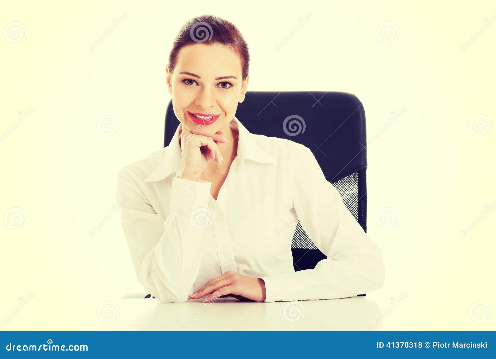 Όμορφη επιχειρησιακή γυναίκα, κύρια συνεδρίαση σε μια καρέκλα