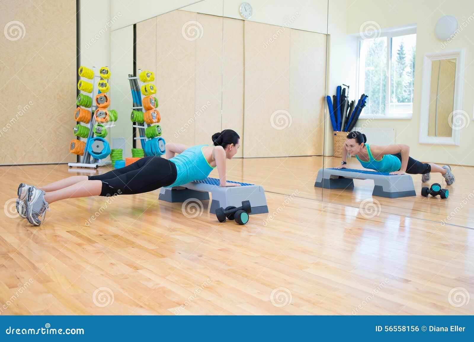 Download Όμορφη λεπτή γυναίκα που κάνει την ώθηση UPS με Stepper στη γυμναστική Στοκ Εικόνες - εικόνα από άνθρωποι, αθλητικό: 56558156