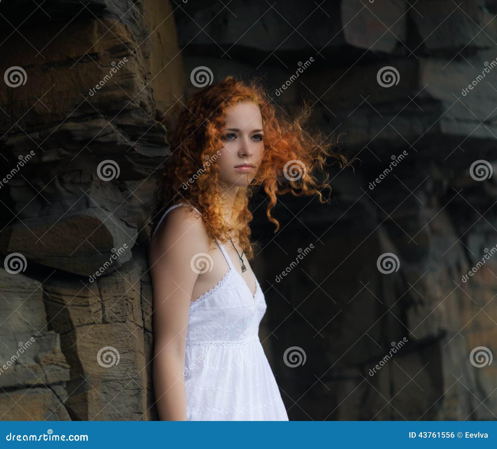 όμορφη λευκή γυναίκα φορ&ep