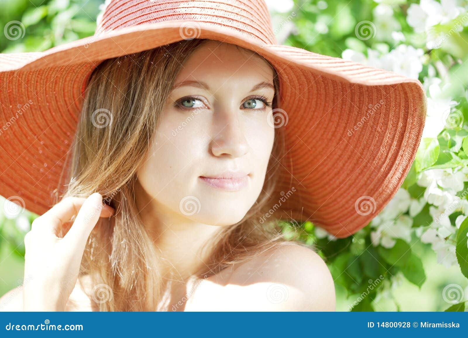 όμορφη ημίγυμνη γυναίκα κήπ&omeg